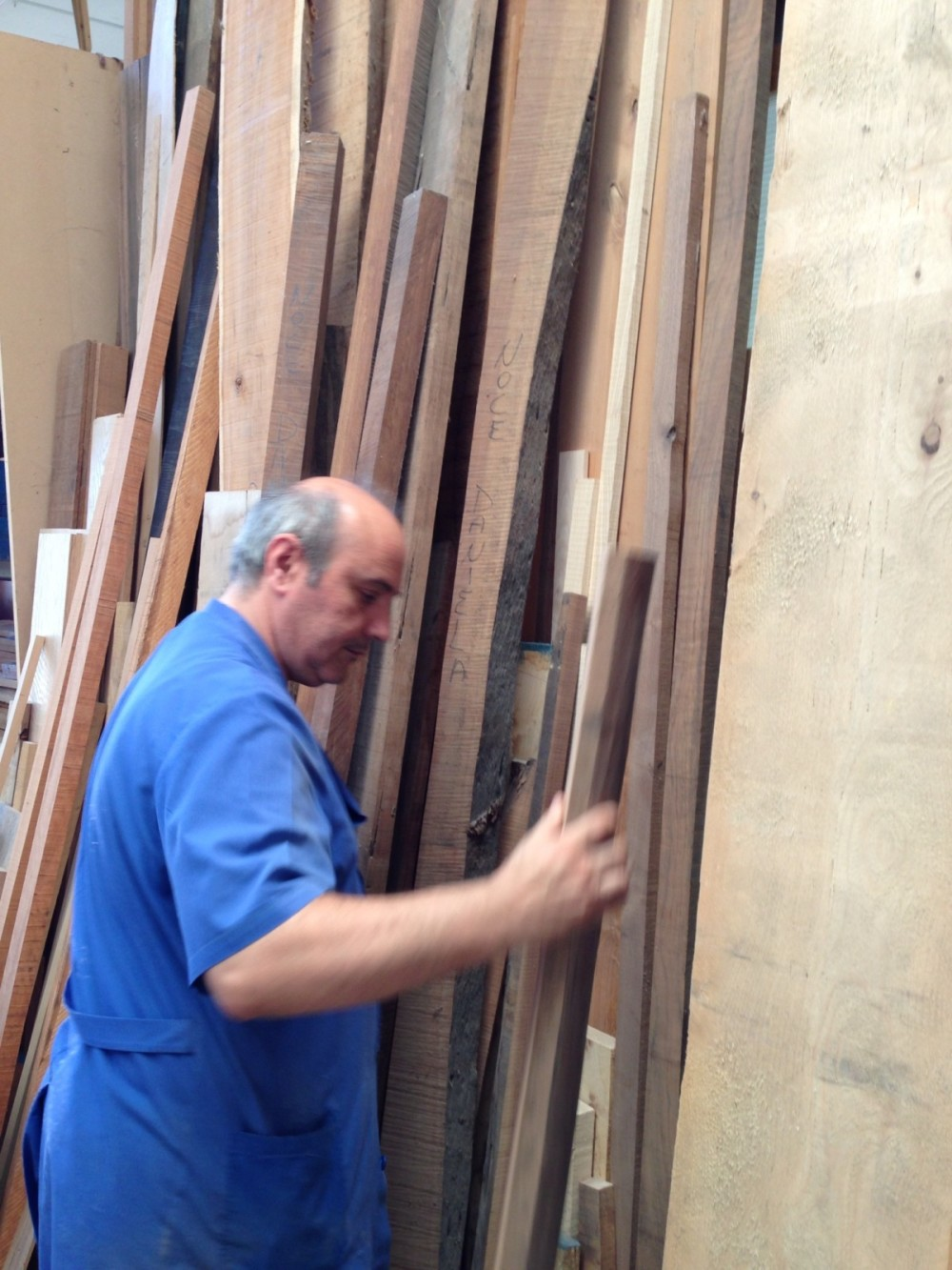 The console production is in the way ... Alberto is choosing the right solid-wood plank.