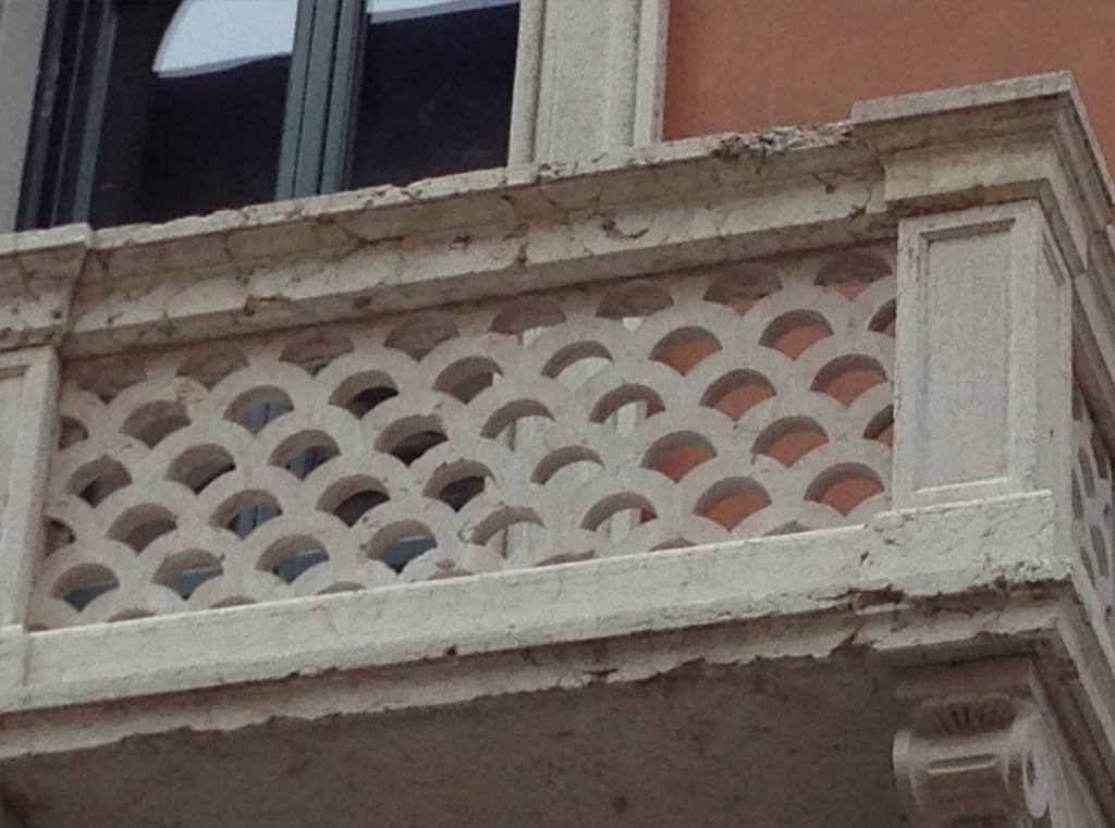 Motivo grafico su balcone di Verona