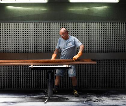 Un falegname di ermesponti (Mantova, Italy) al lavoro