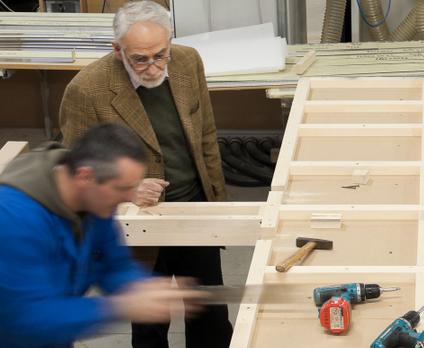 Signor ermes ponti,titolare dell'azienda omonima, al lavoro con un falegname